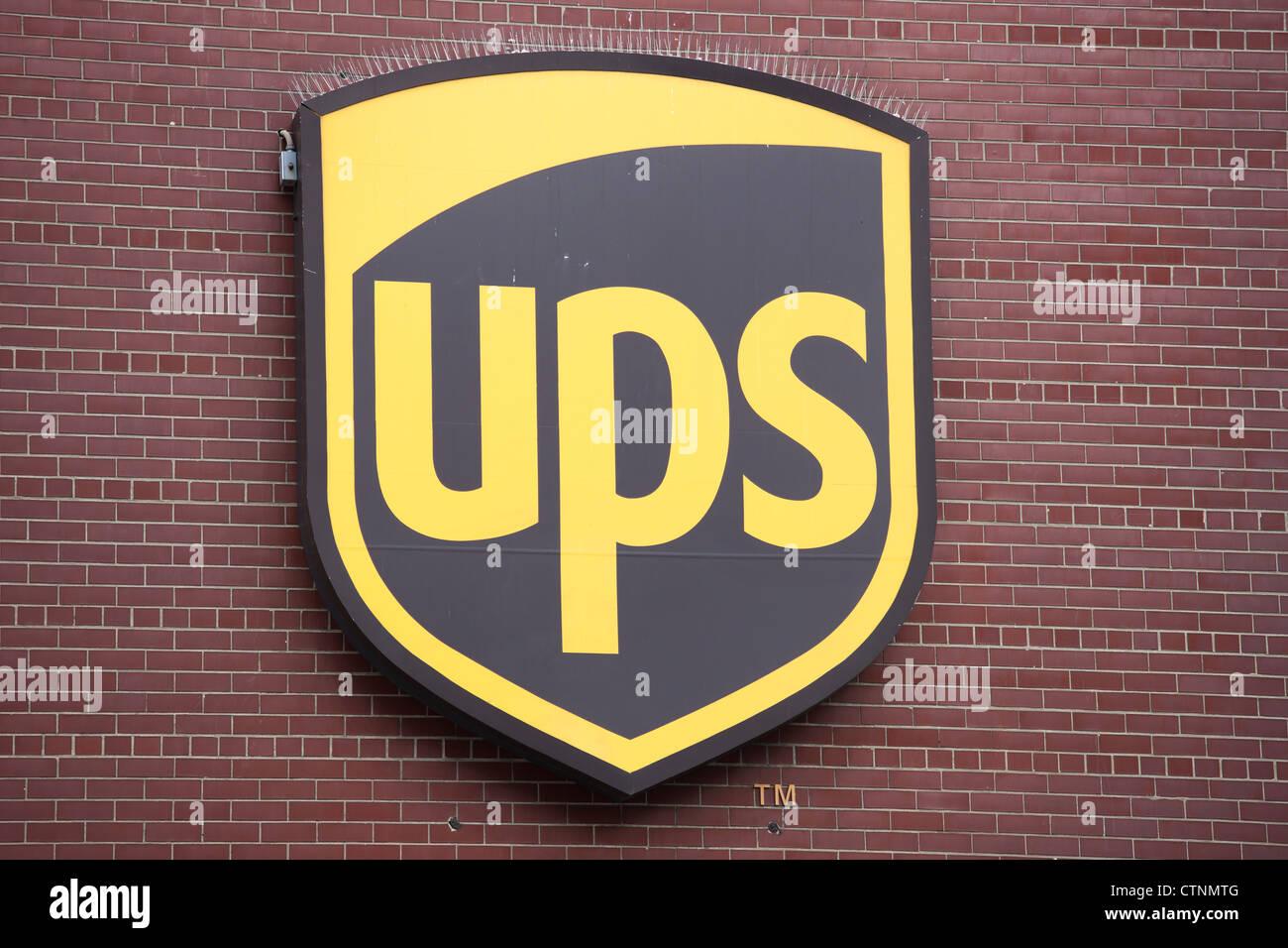 Un United Parcel Service (UPS) signe sur un mur. Photo Stock