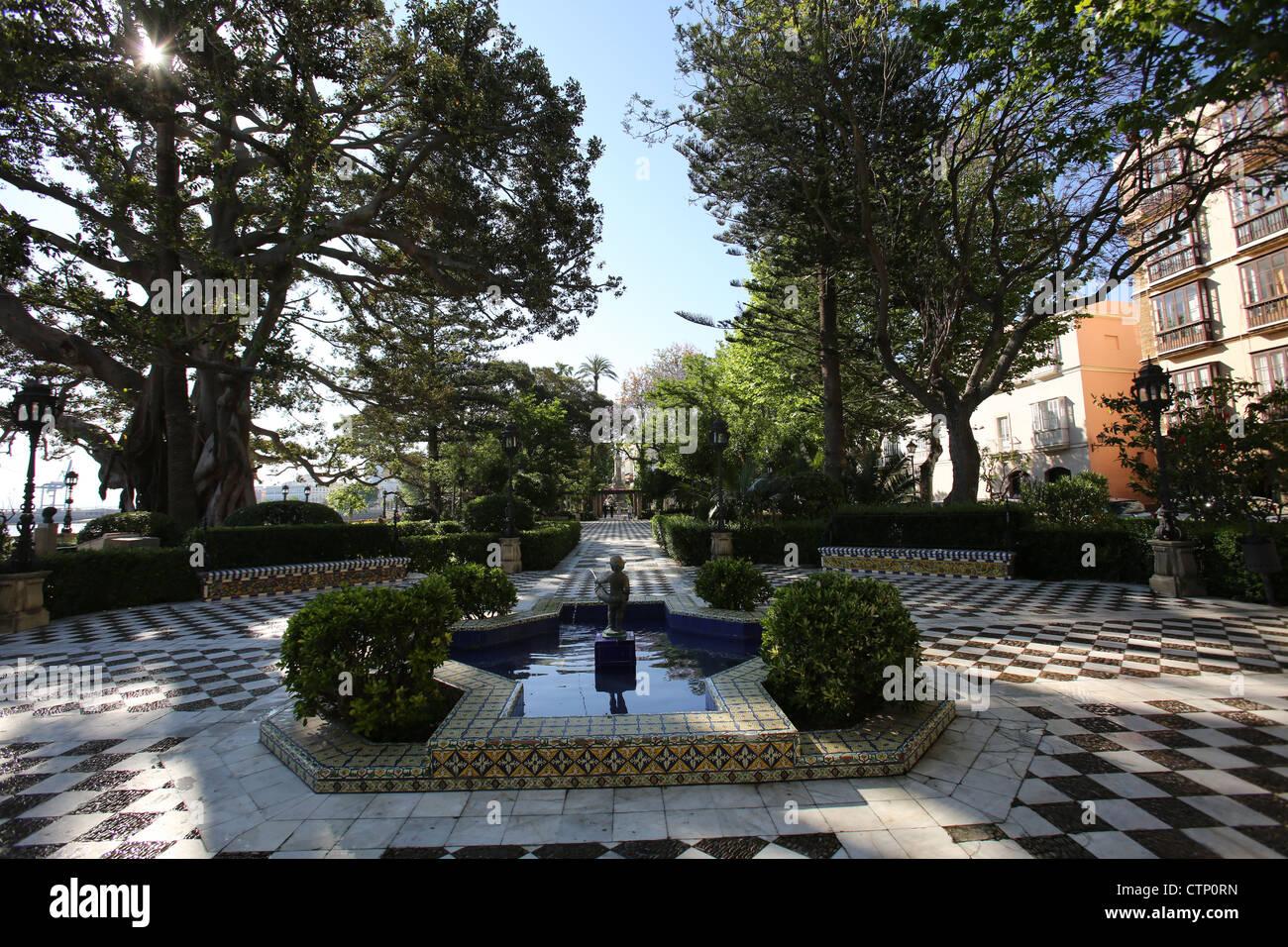 Ville de Cadix, Espagne. Vue pittoresque d\'une fontaine et carrelage ...