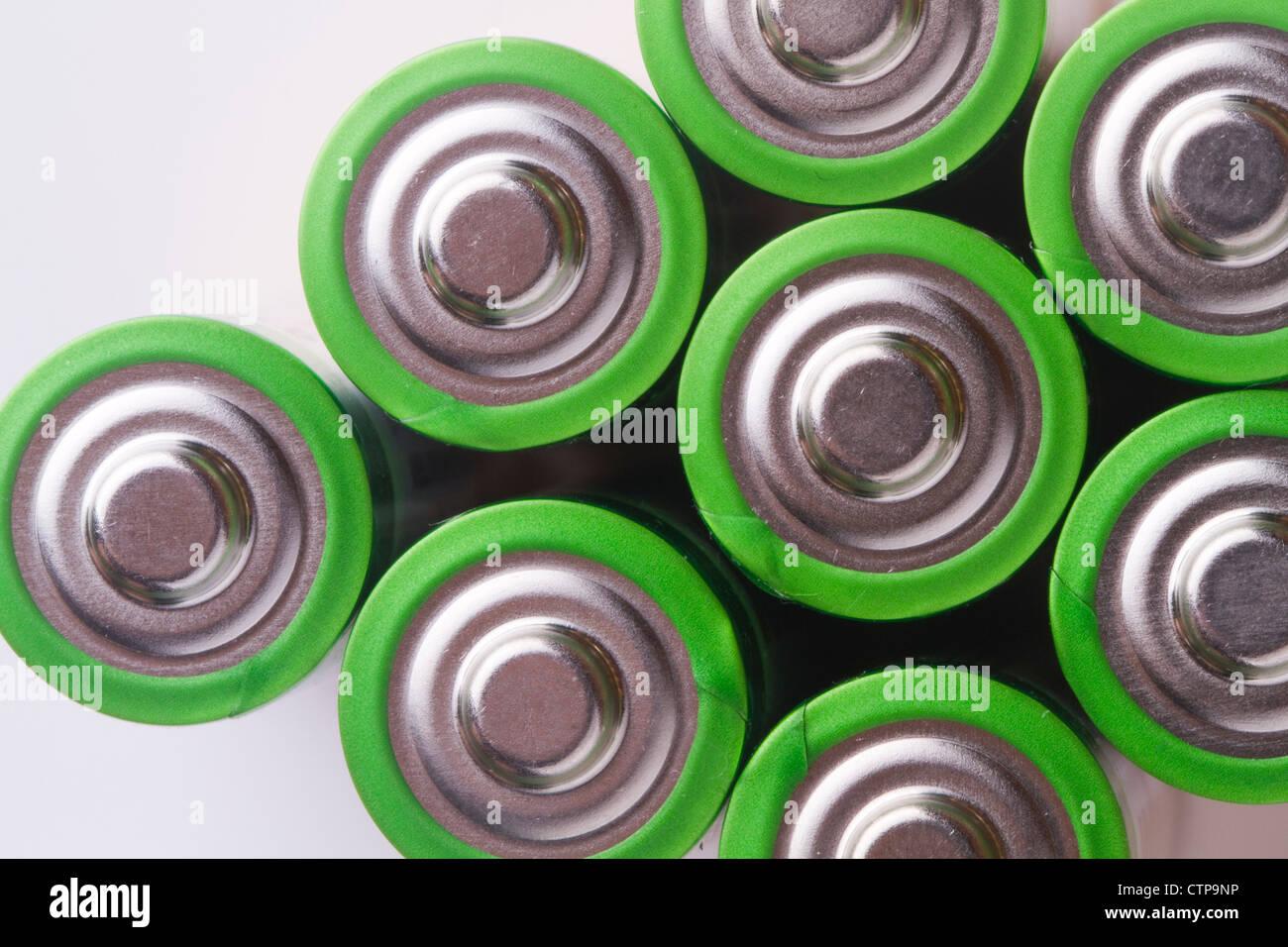 Fermer le haut de pile AA, couleur sur vert Photo Stock