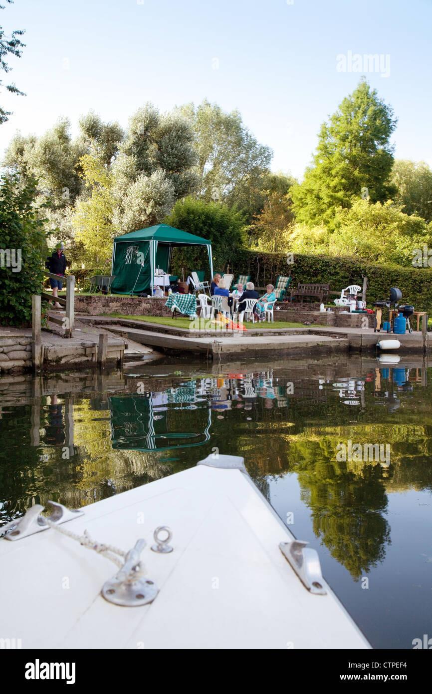 Un bateau pour s'amarrer à une fête familiale sur la Tamise à Wallingford, Oxfordshire, UK Photo Stock
