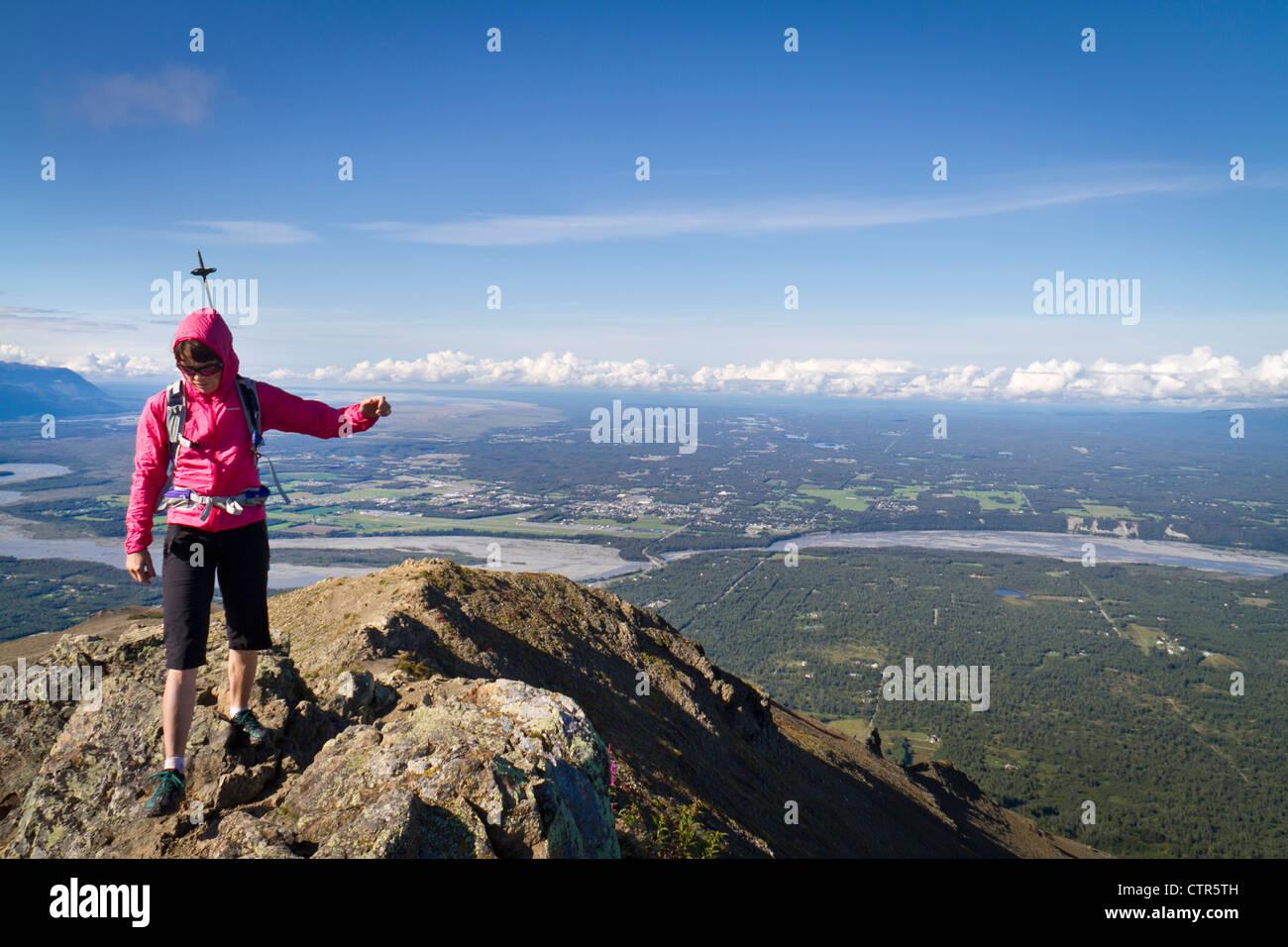 Female hiker sur le sommet de la montagne près de Palmer paresseux, les montagnes Chugach, Southcentral Alaska, Photo Stock