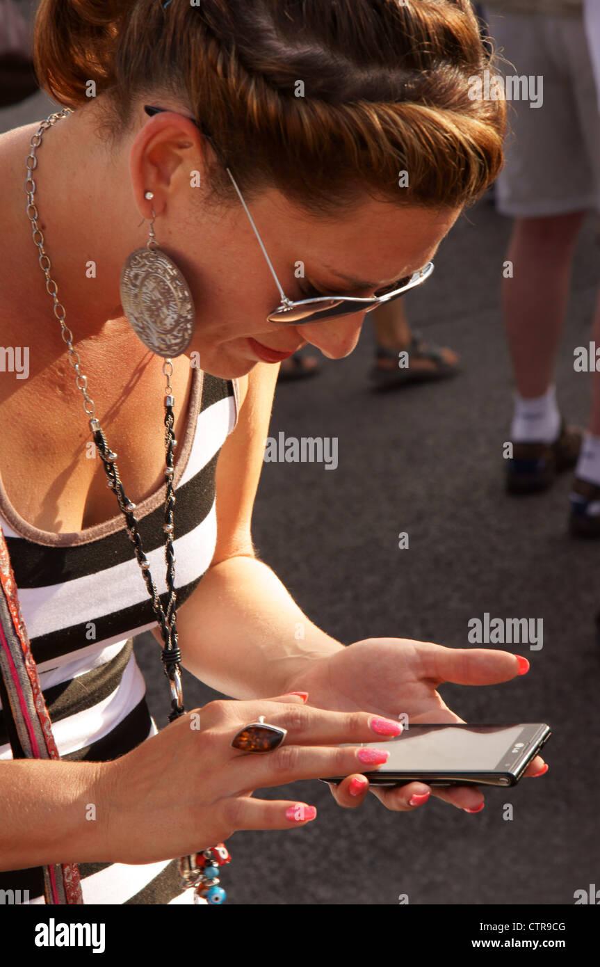 Femme femme sur téléphone cellulaire iphone android contrôle mail latino hispanique nm lire lire Photo Stock