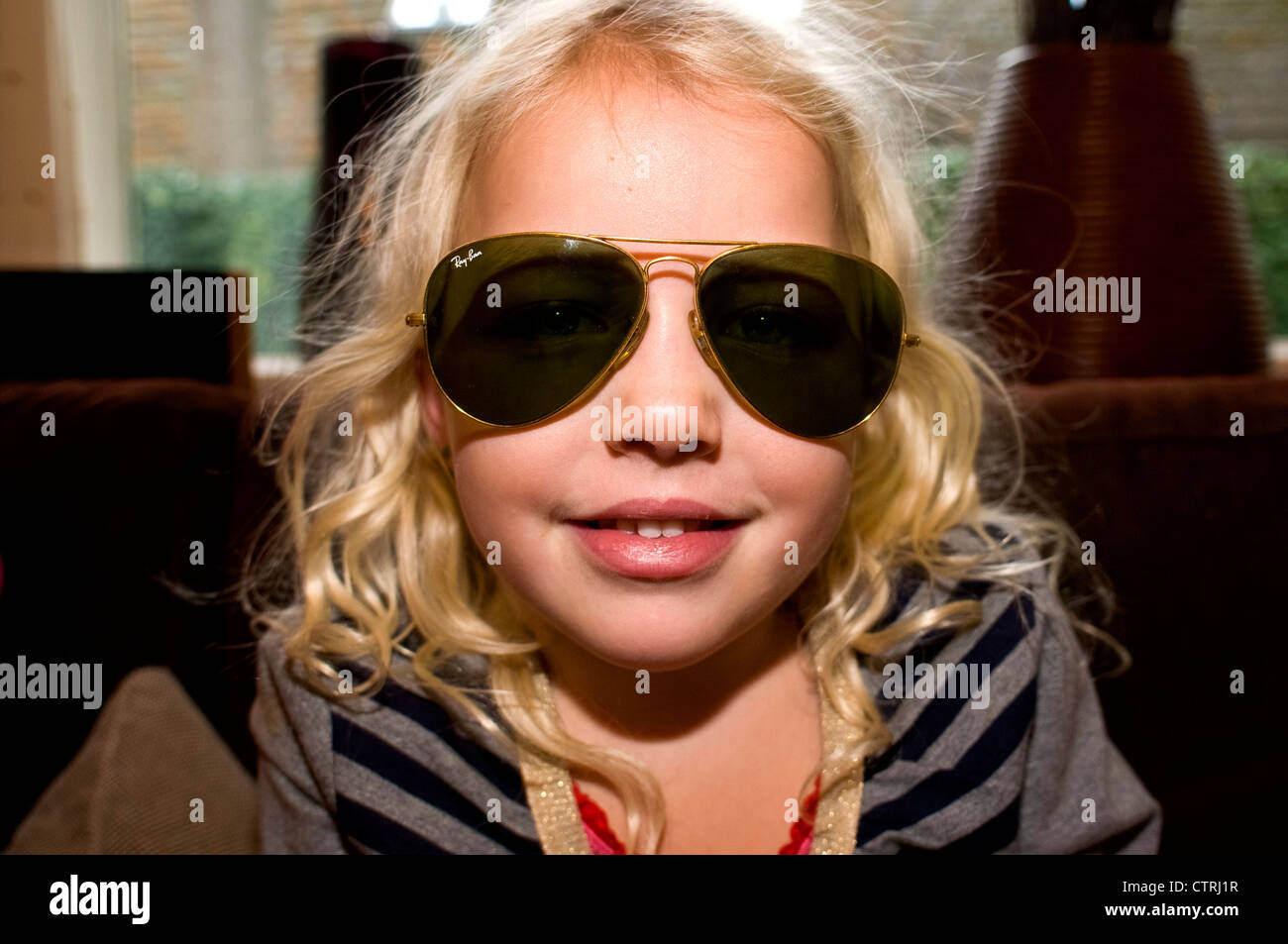 Petite Une Avec Paire Lunettes De Fille D'une Ban Ray Portrait FKJ3Tlc1