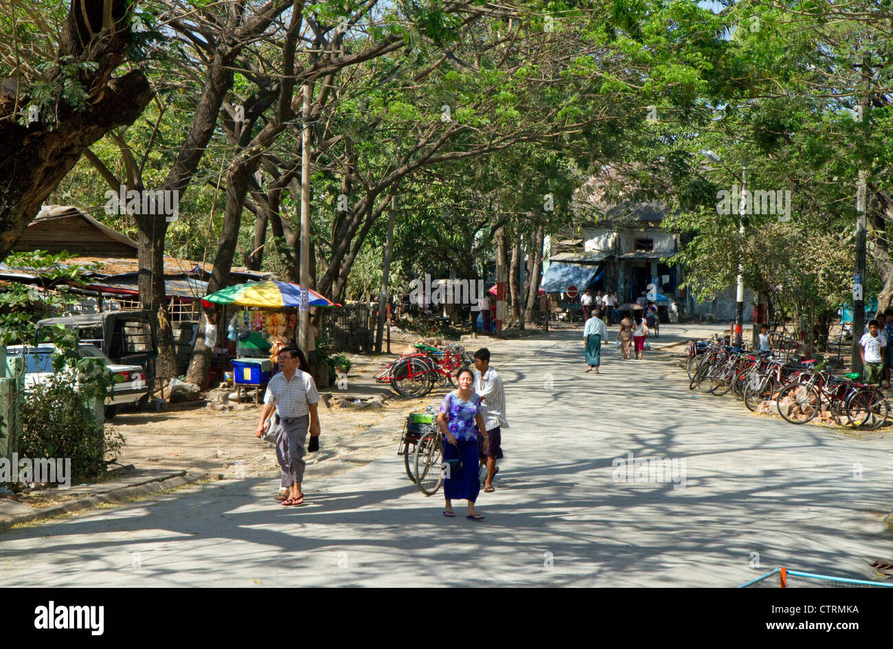 Scène de rue à Yangon (Rangoon), la Birmanie (Myanmar). Banque D'Images