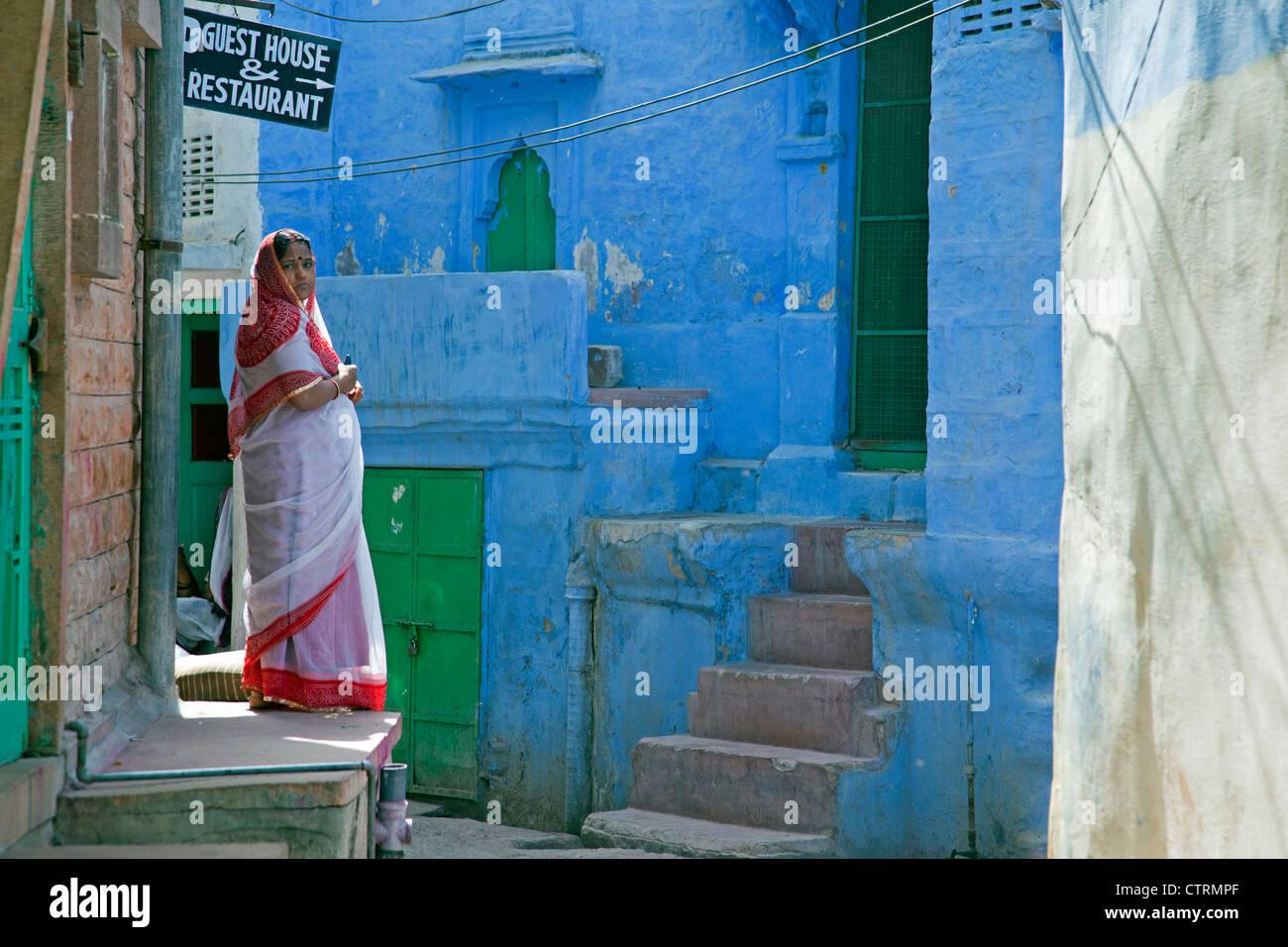 Femme portant sari traditionnel dans la ville bleue de Jodhpur, Rajasthan, India Banque D'Images