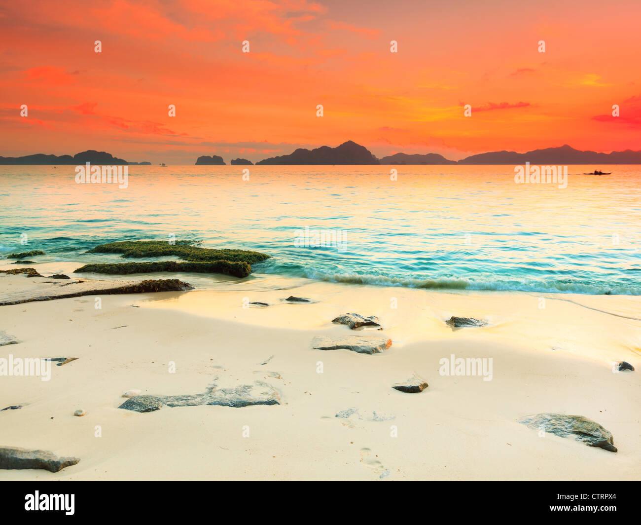 Beau paysage marin. Pierre sur l'avant-plan. Philippines Photo Stock