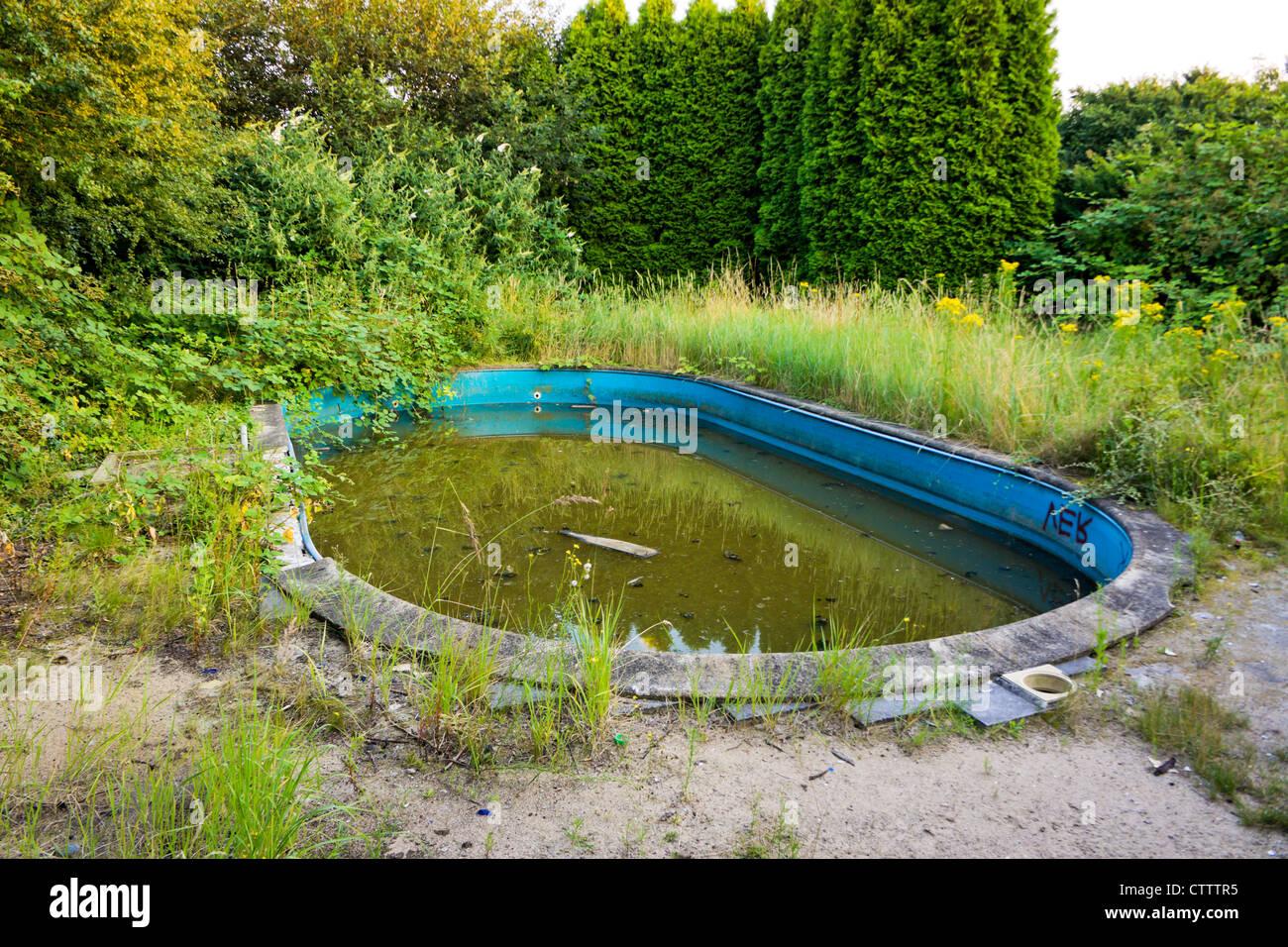 Jardin avec piscine abandonn e banque d 39 images photo for Piscine abandonnee