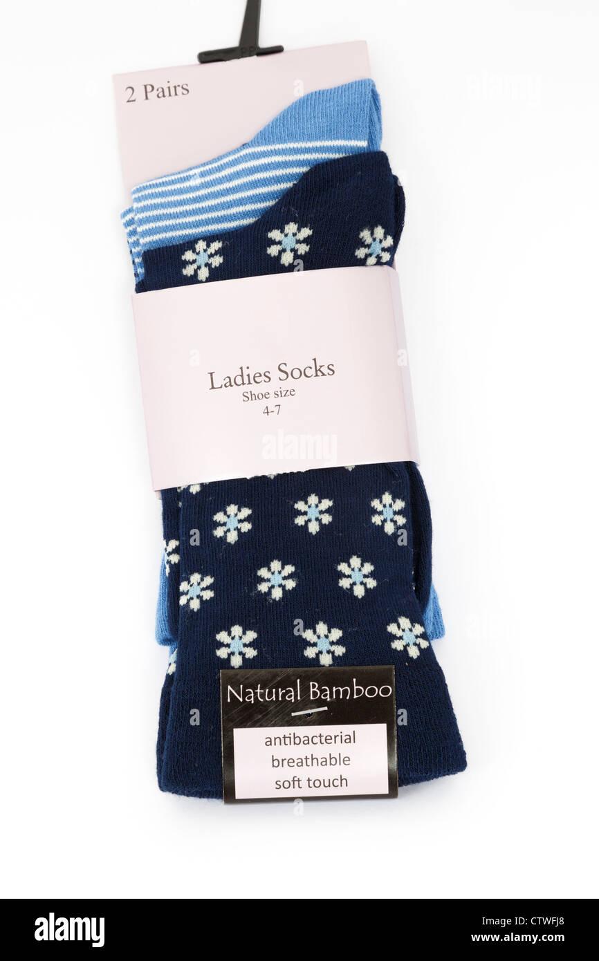 Deux paires de chaussettes nouveau chers fabriqués à partir de matériaux bambou emballé et isolé Photo Stock
