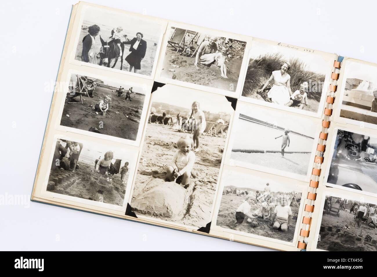 S'est évanoui ancienne noir et blanc photographies imprimées dans un album photo photo de famille Photo Stock
