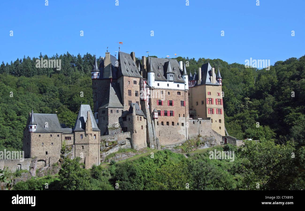 Burg Eltz château niché au milieu des collines et des forêts dans la vallée d'Eltz Rhénanie-palatinat Allemagne Banque D'Images