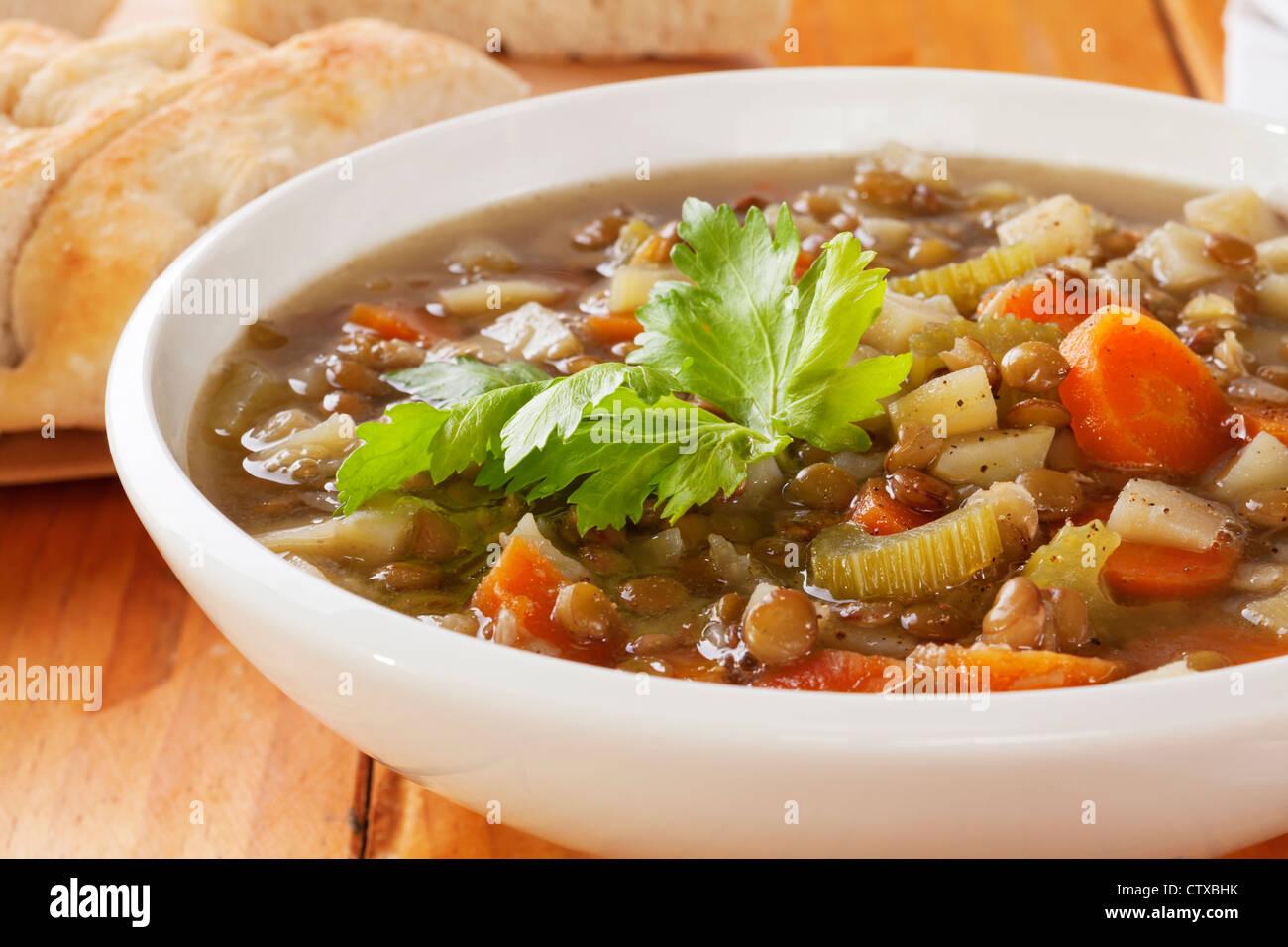 Soupe aux lentilles vertes avec des légumes. Photo Stock