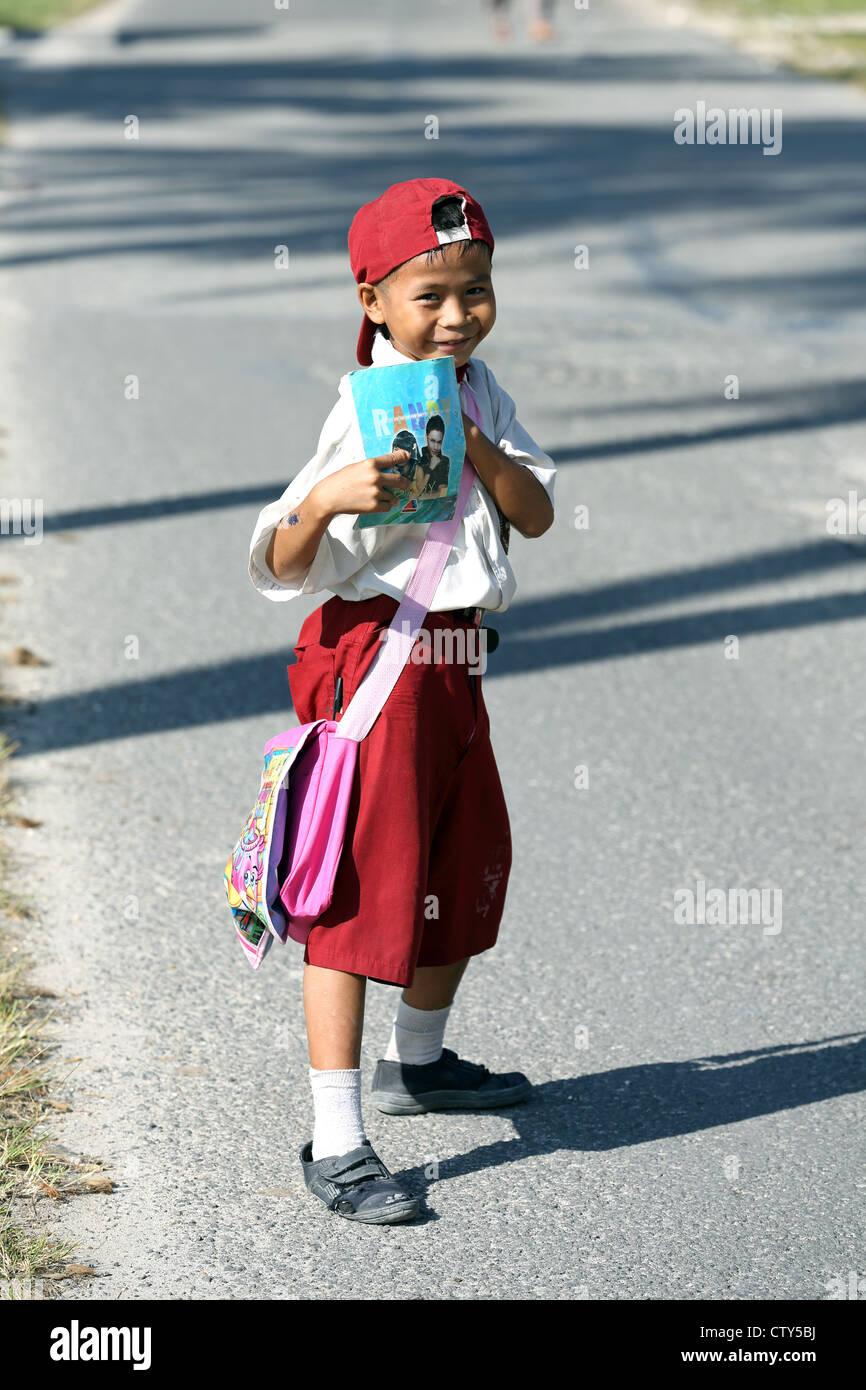 Jeune écolier sur son chemin de l'école sur l'île de Nias, Sumatra. Photo Stock