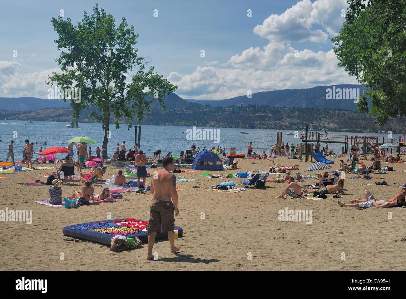 Les gens en train de bronzer sur la plage au lac Okanagan, à Kelowna, Colombie-Britannique Photo Stock