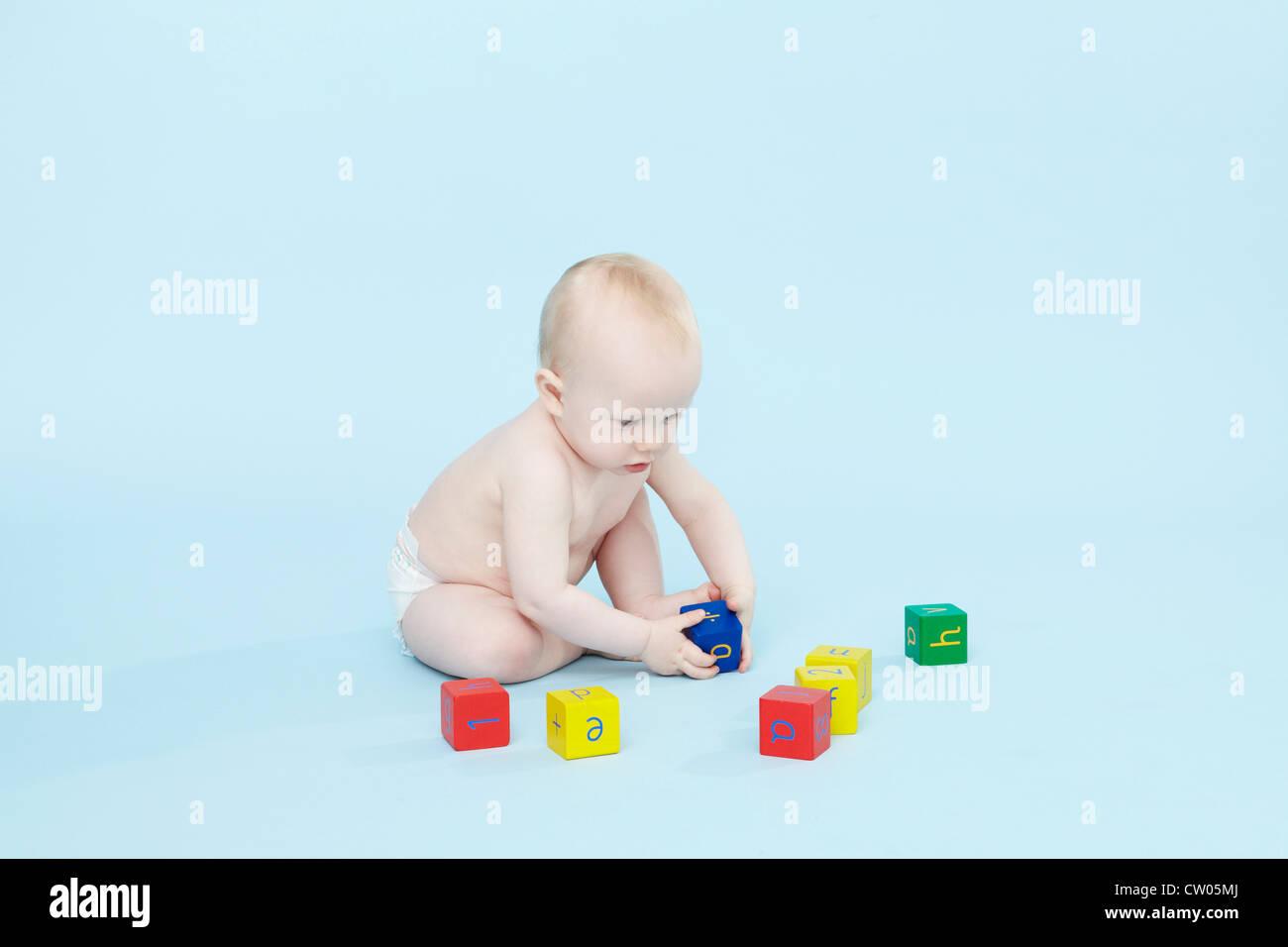 Bébé Garçon jouant avec des blocs de couleur Photo Stock
