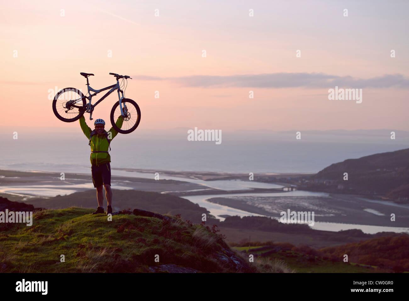 Man holding location sur colline Photo Stock
