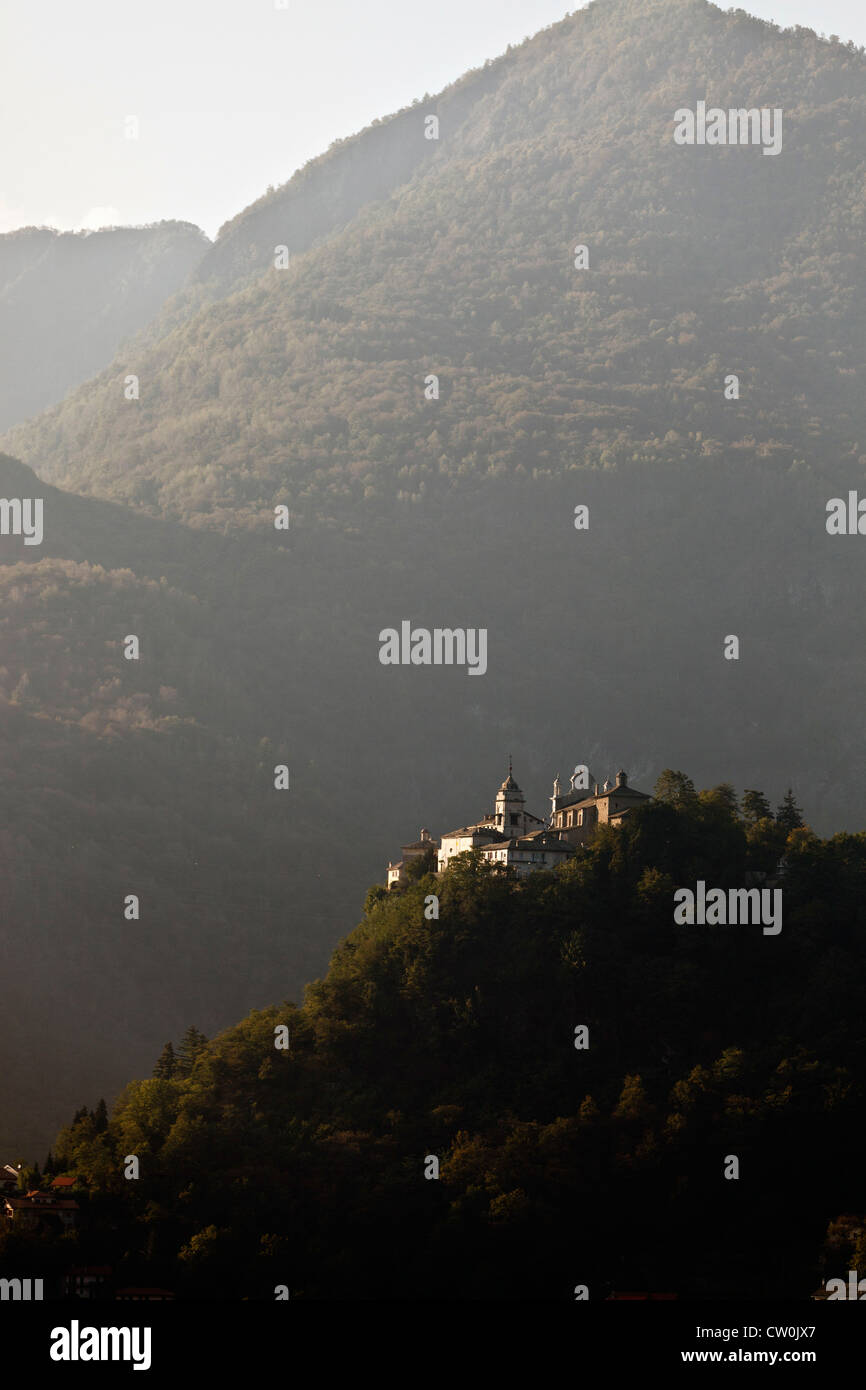 Château construit sur une colline rural Photo Stock
