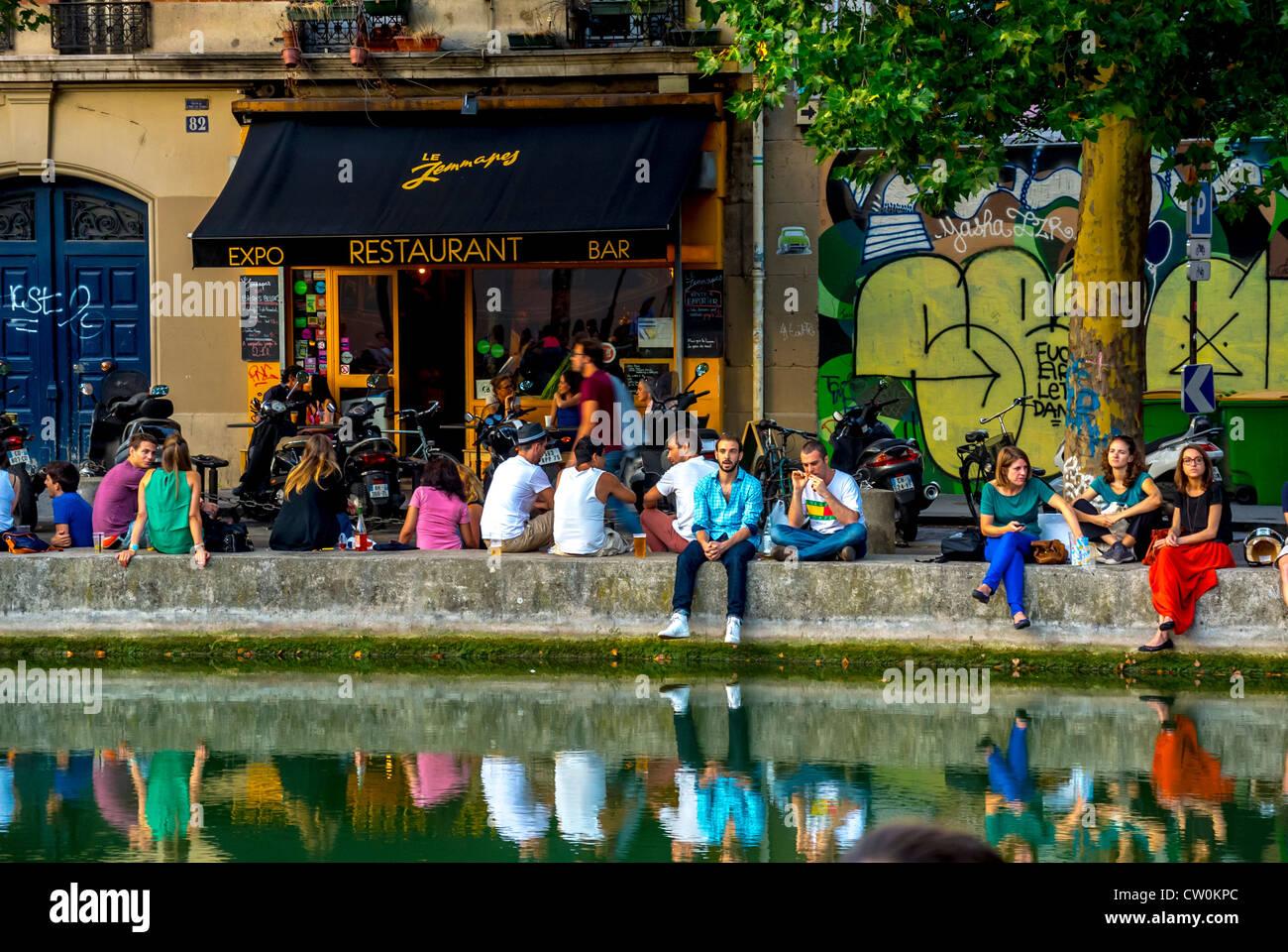 Terrasse Canal Saint Martin paris, france, foule de jeunes de vous détendre dans le café