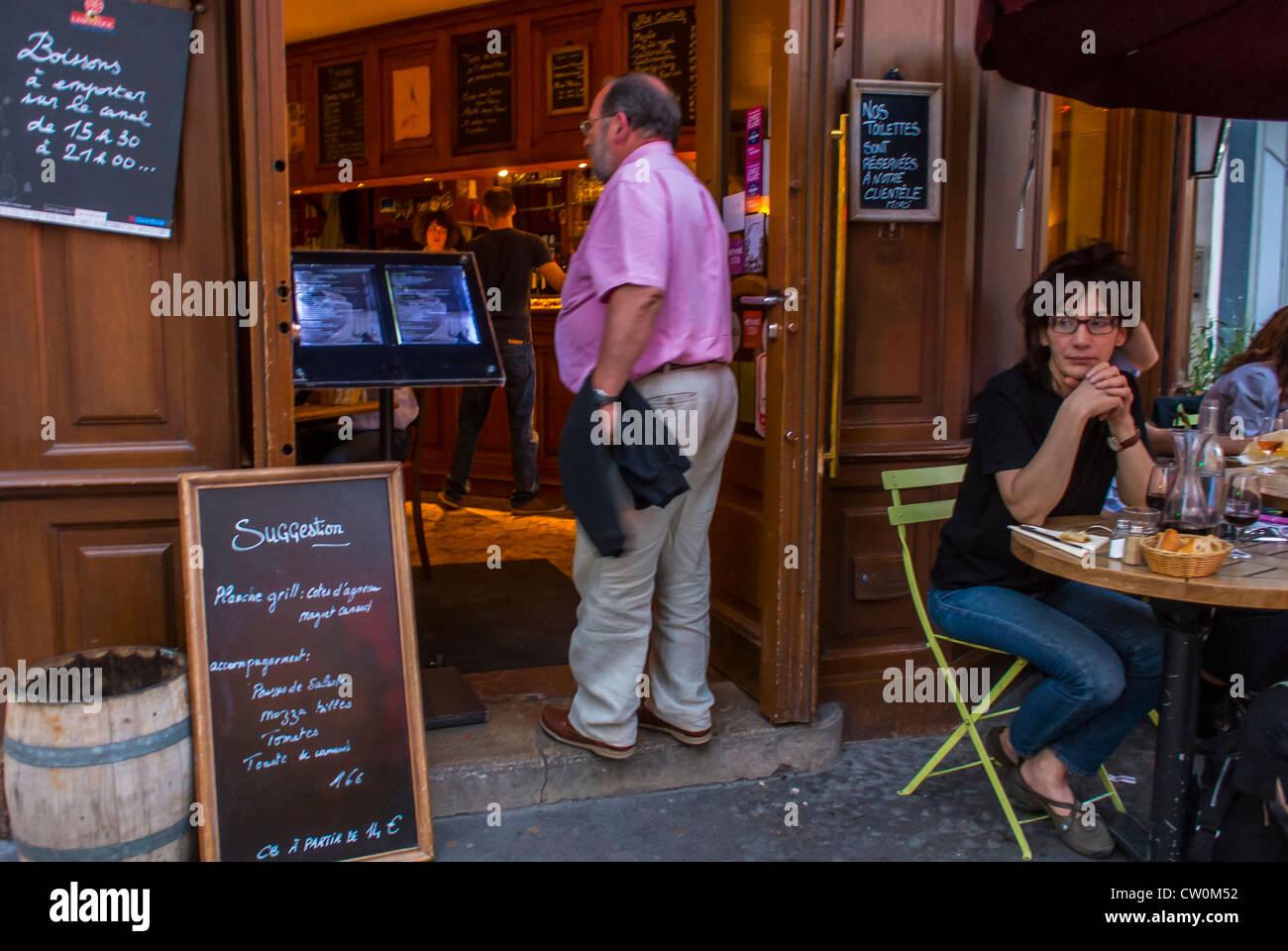 Terrasse Canal Saint Martin paris, france, les jeunes le partage des repas en français
