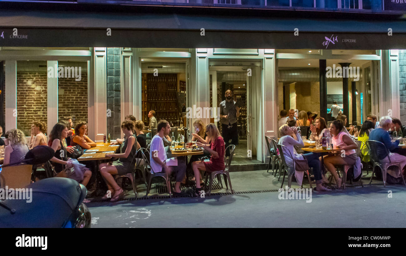 Terrasse Canal Saint Martin paris, france, les jeunes le partage des repas dans le café
