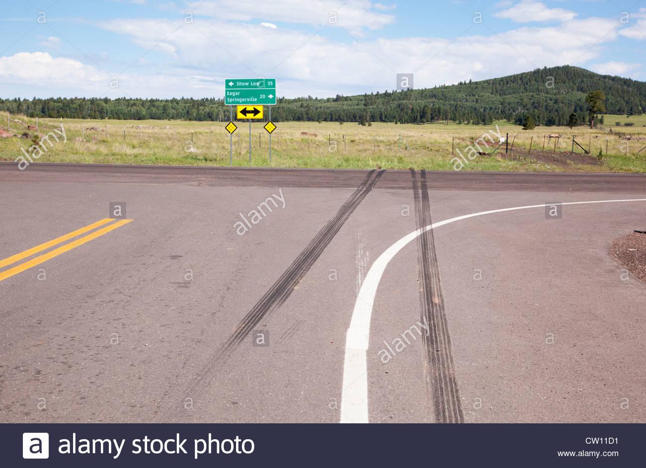 Marques de dérapage sur la chaussée à l'intersection de l'autoroute 273 route de l'état Photo Stock