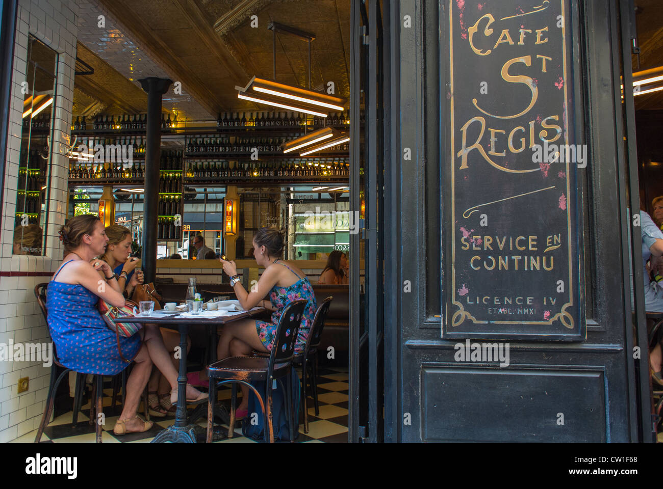 Paris, France, Groupe de femmes françaises, des amis partageant des boissons en vieux français Café Bistro, restaurant, Banque D'Images