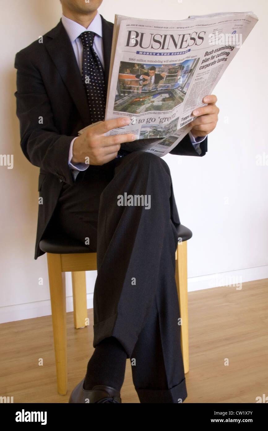 Lire le journal d'affaires Photo Stock