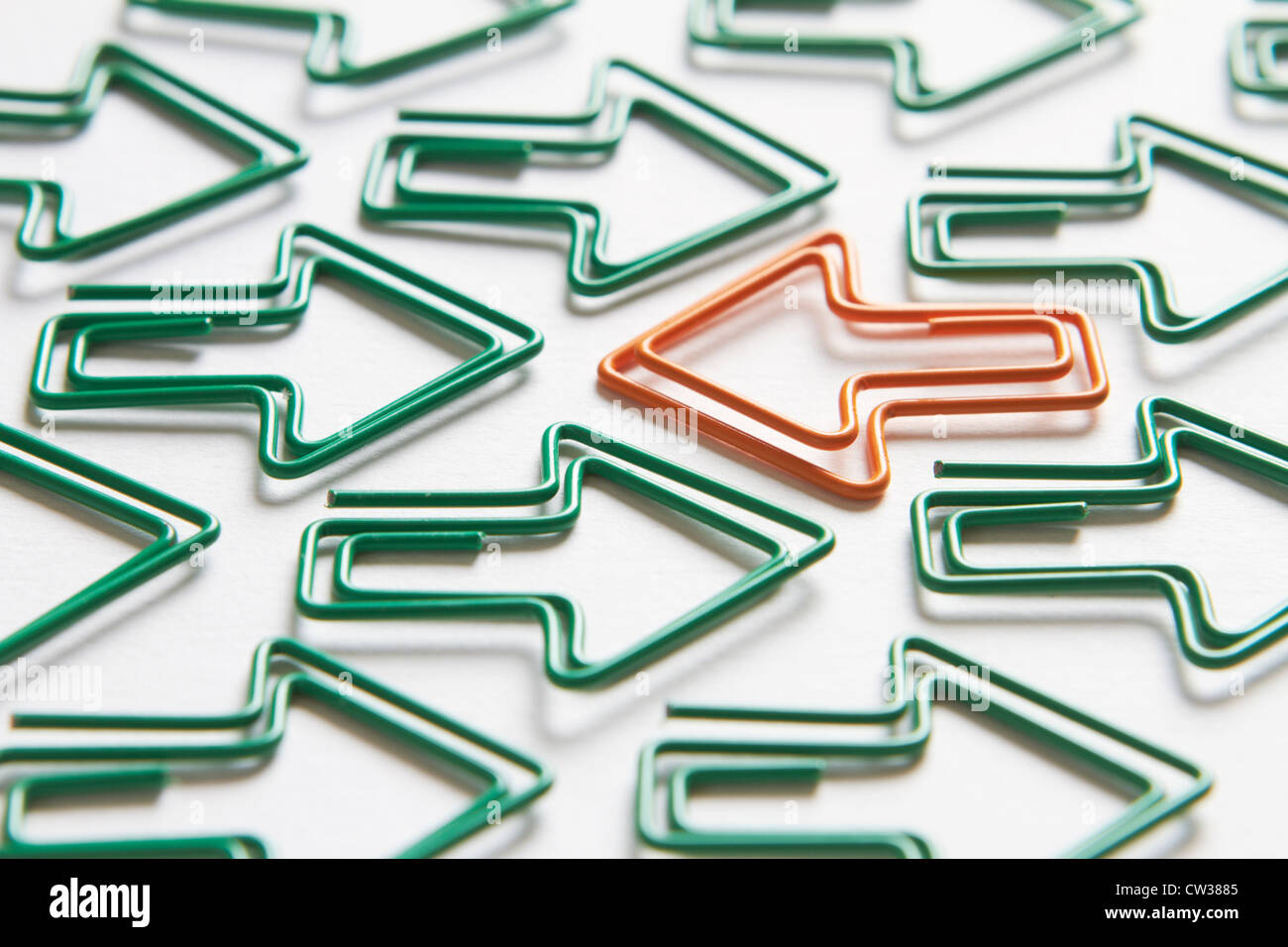 Flèche Orane aller contre le flux des flèches vertes Photo Stock