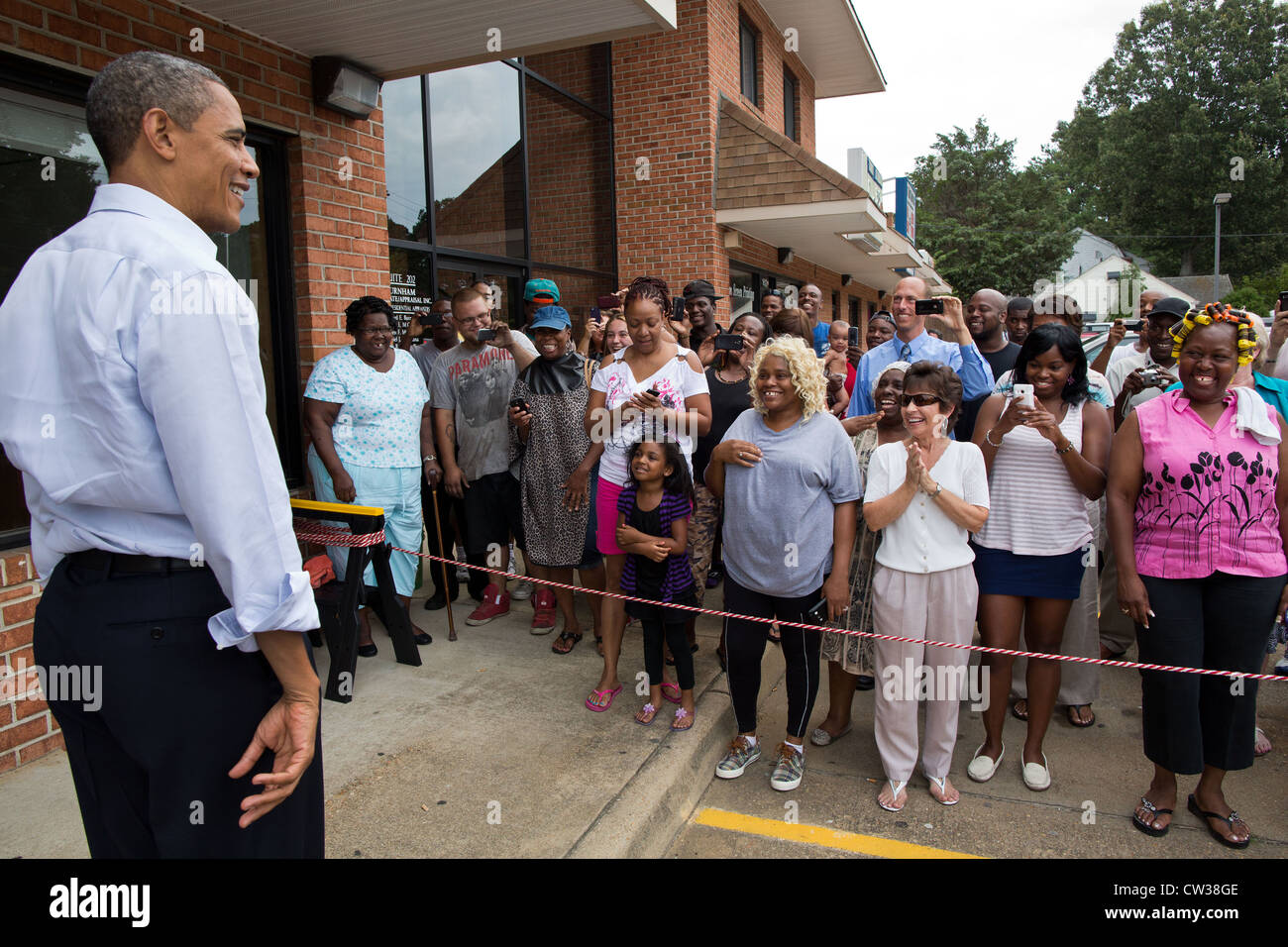 Le président Barack Obama parle avec des partisans à la suite d'une visite à RickÕs Cafe Photo Stock