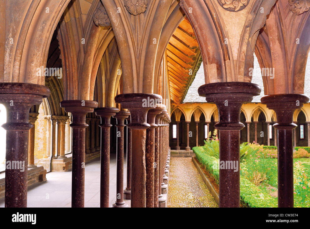 France, Normandie : Cloître de l'abbaye de Saint Pierre au Mont Saint Michel Photo Stock