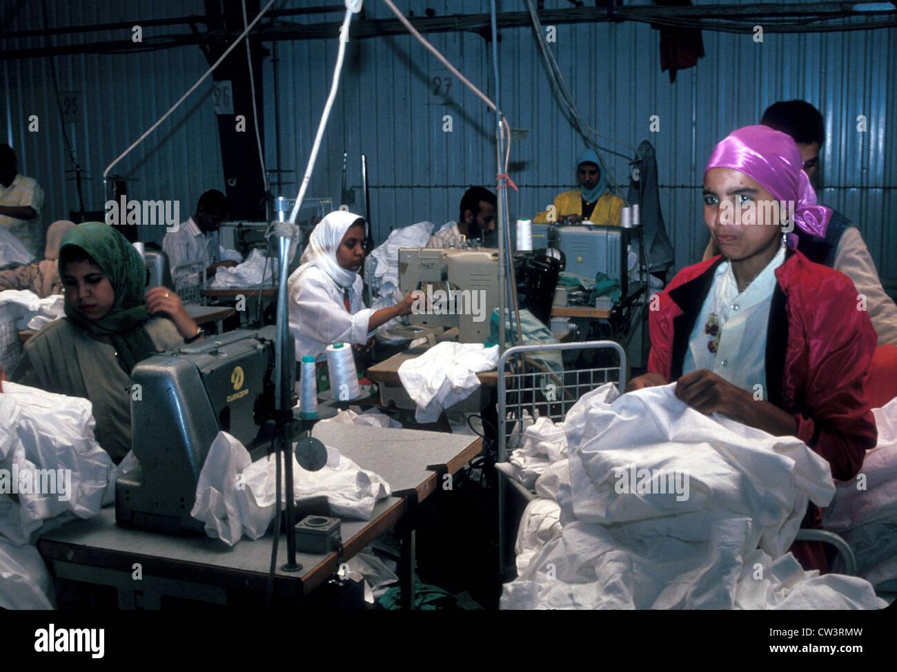 Les femmes machinistes dans une usine textile de coton en Egypte Photo Stock