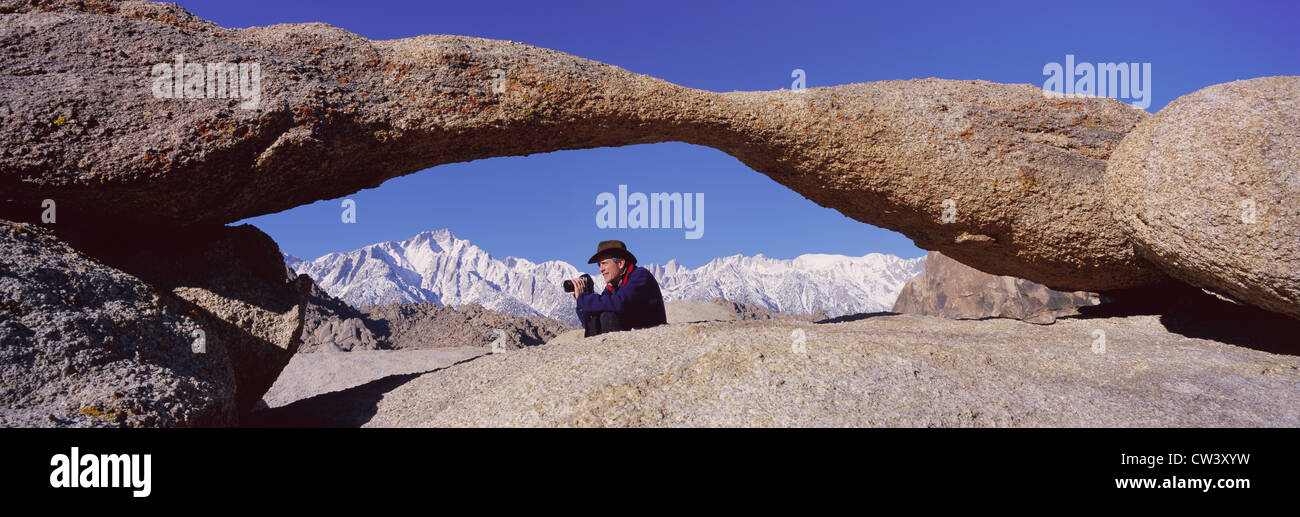 Photographe Joe Sohm avec caméra panoramique images shot Mount Whitney à travers l'Alabama Hills Arch en Alabama Banque D'Images