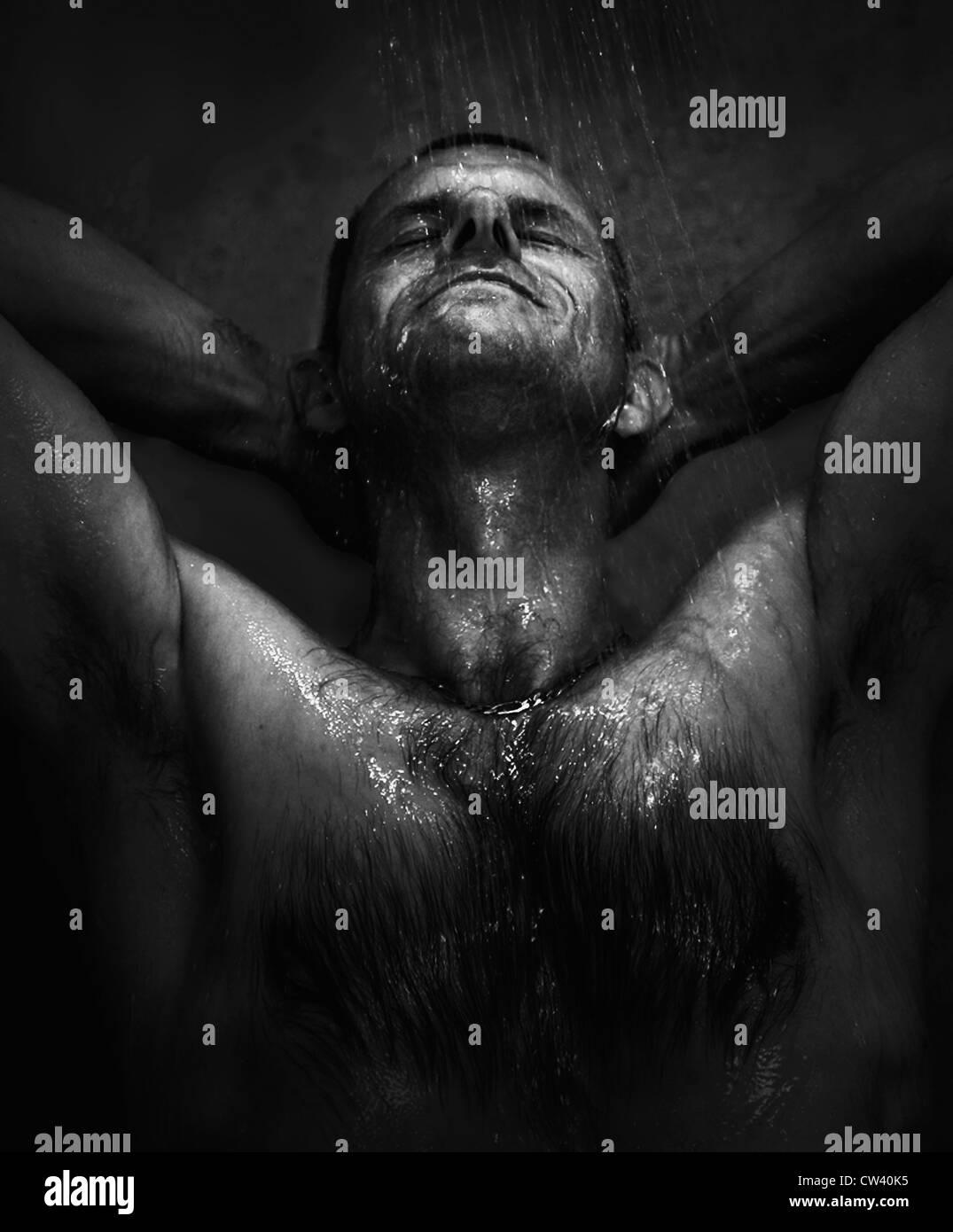 Les hommes d'âge moyen de prendre une douche Photo Stock