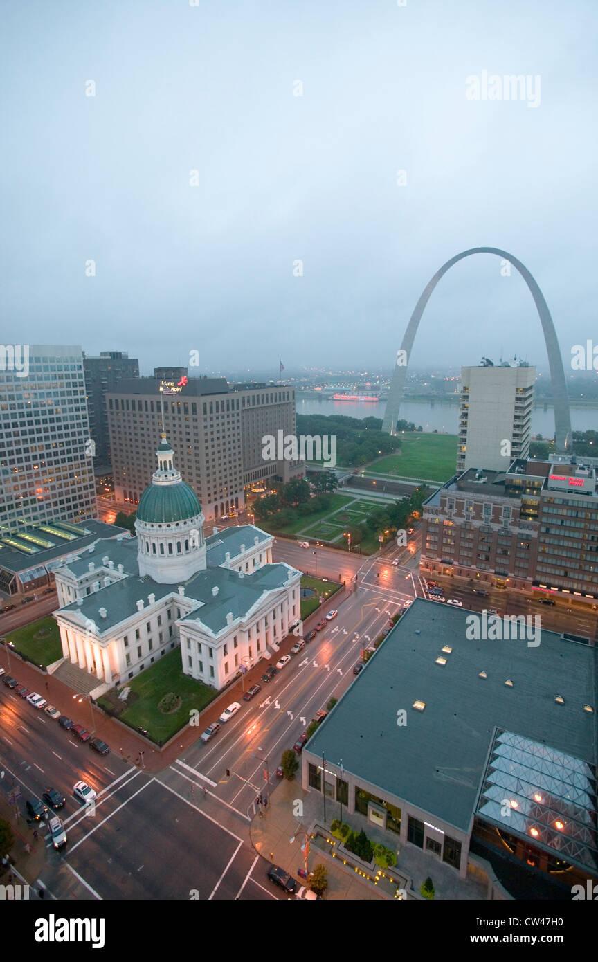 Dans la région de Misty Rain une élévation de la Gateway Arch historique Vieux Palais de Saint Louis. Palais de Banque D'Images