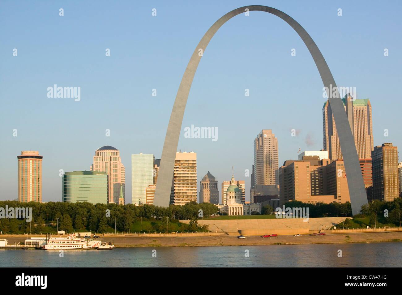 Vue de jour Gateway Arch (''Gateway à l'Ouest'') skyline St Louis Missouri sunrise de St Louis est l'Illinois sur Banque D'Images