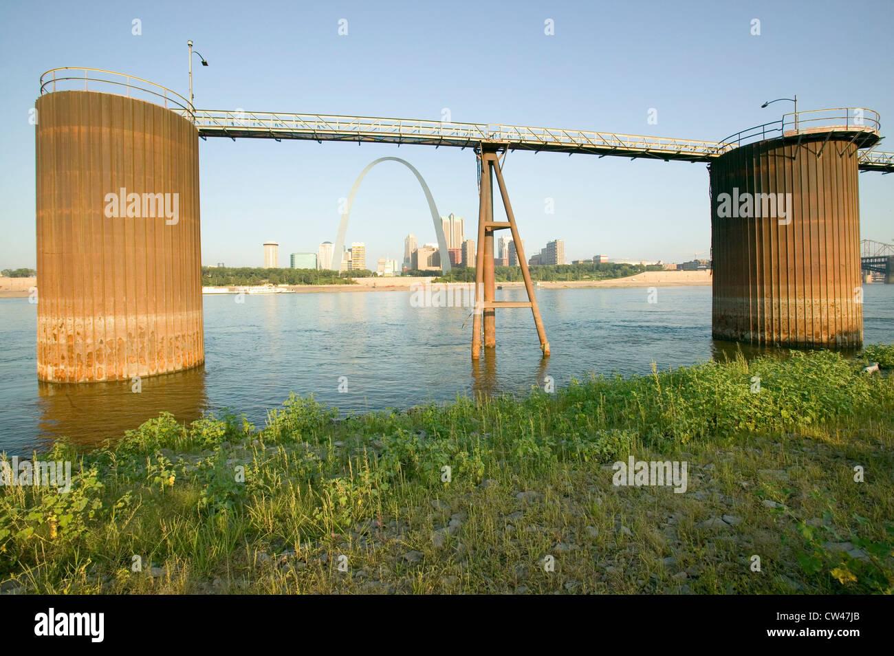 Vue de jour Gateway Arch site du grain pour les chalands skyline St Louis Missouri sunrise de St Louis est l'Illinois Banque D'Images