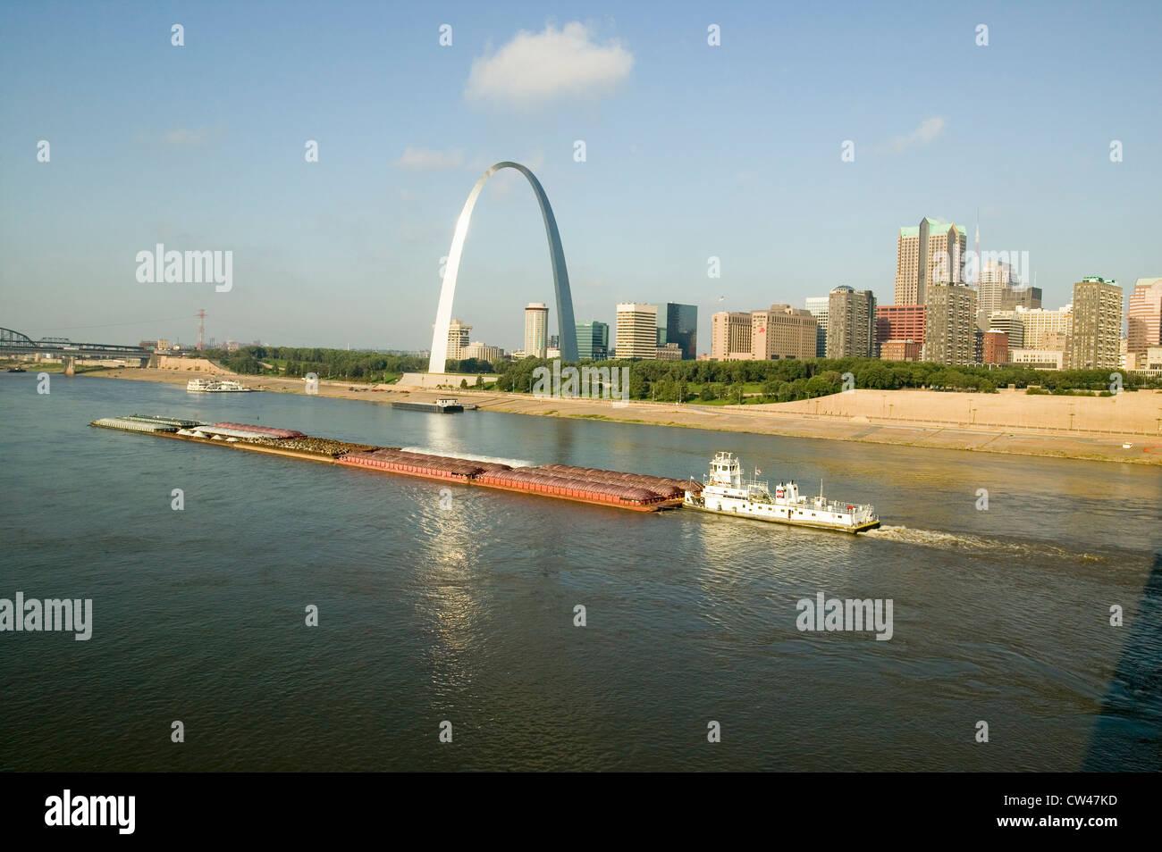 Vue de jour remorqueur chaland bateau poussant vers le bas dans la rivière Mississippi/Gateway Arch skyline Saint Banque D'Images