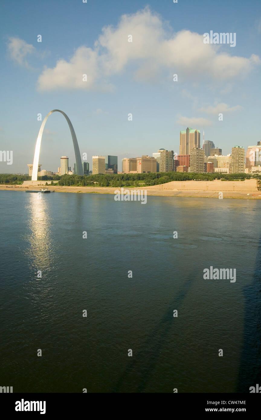 Réflexion sur Gateway Arch (''Gateway à l'Ouest'') skyline St Louis Missouri sunrise de St Louis est l'Illinois Banque D'Images