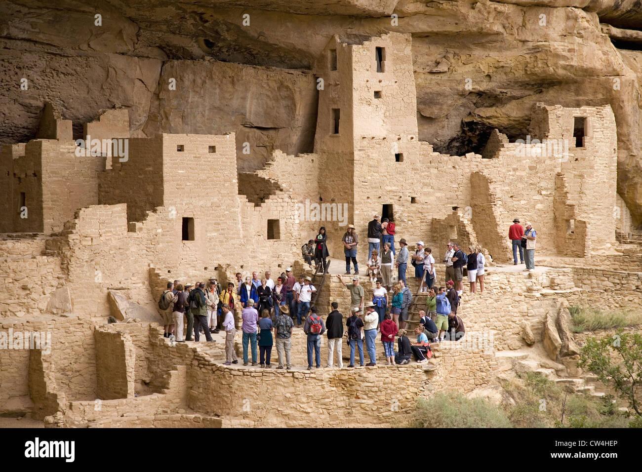 Affichage des touristes kiva Cliff Palace logement falaise ruine indiennes en Amérique du Nord dans le sud-ouest Banque D'Images