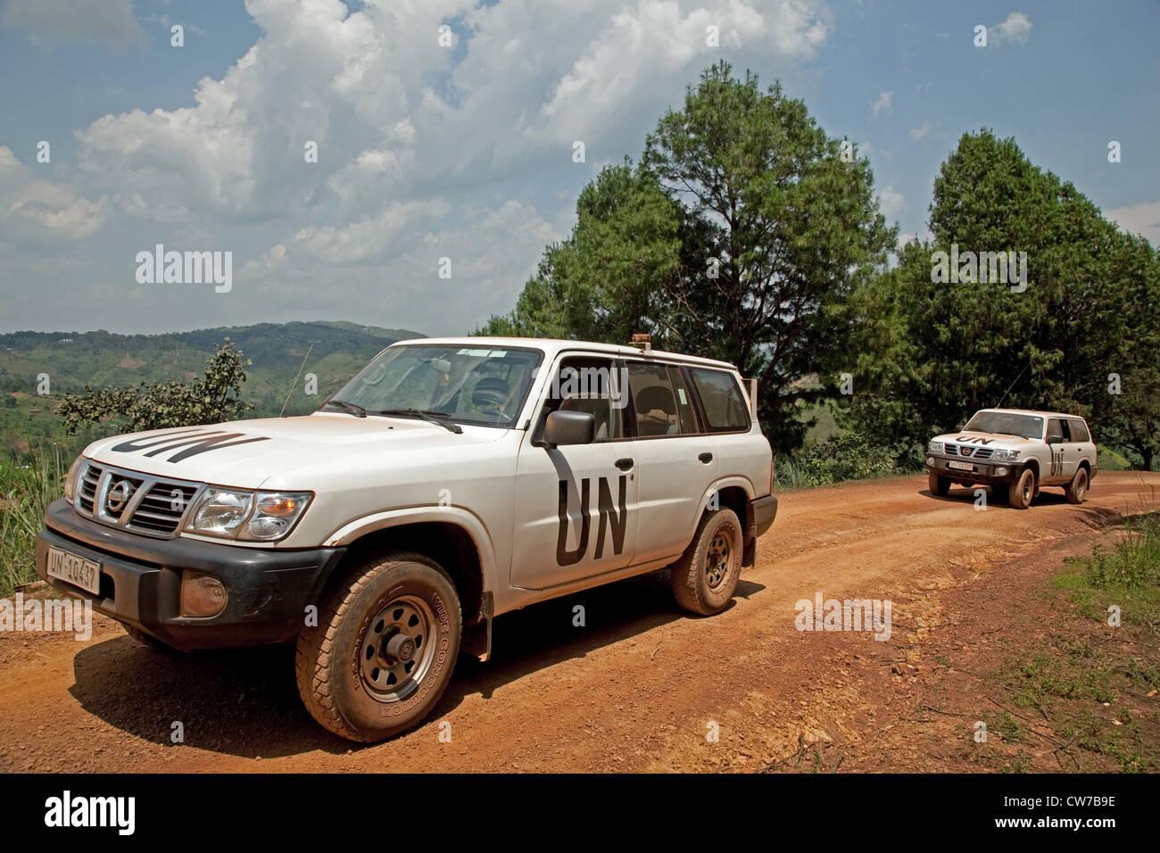 Véhicules tout-terrain de l'ONU sur route poussiéreuse, du Burundi, Gitega, Gitega Photo Stock