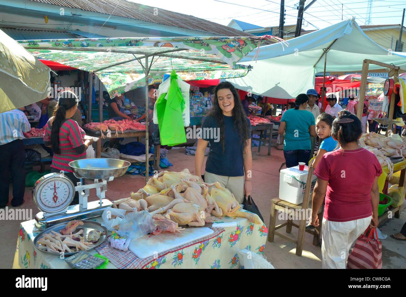 Rurrenabaque, rivière Beni, en Bolivie. La rue du marché. Poulet pour la vente. Photo Stock