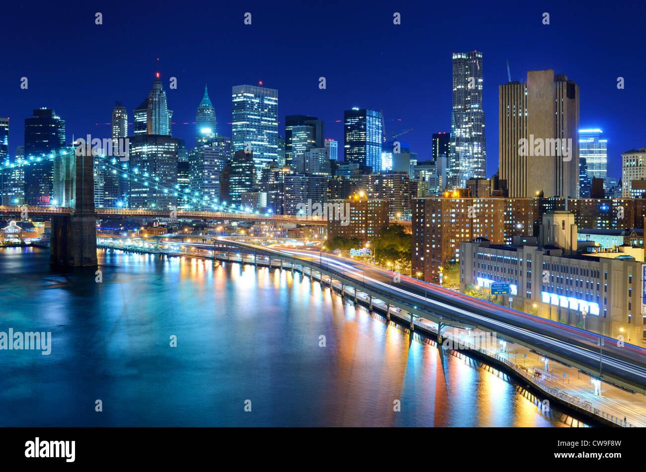 Vue sur le quartier financier de manhattan de nuit dans la for Ville a new york