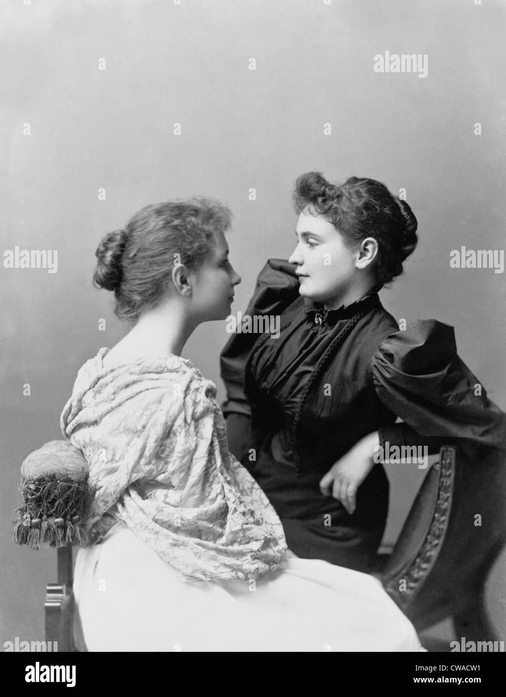 Helen Keller (1880-1968) et son professeur, Anne Sullivan (1866-1936) (à droite). Sullivan enseigne les sourds Photo Stock