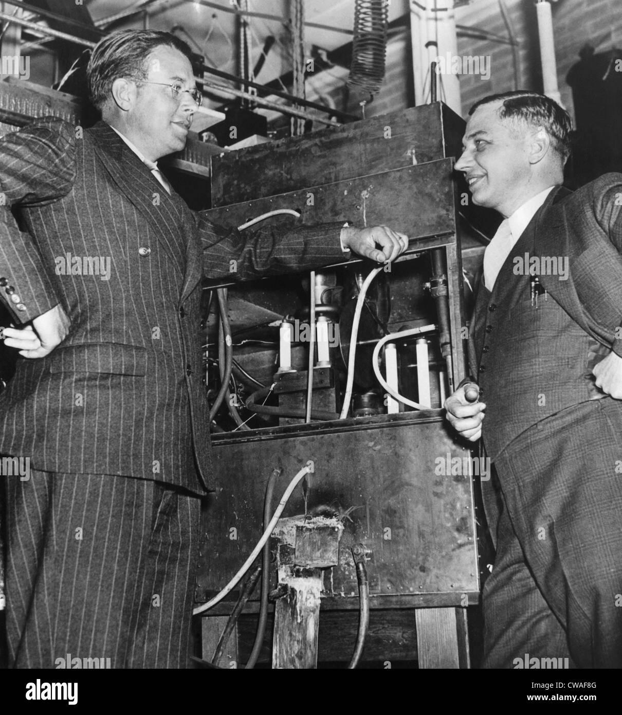 Ernest O. Lawrence, physicien américain, lauréat du Prix Nobel, et le Dr Lee Alvin DuBridge (1901-1994), l'inspection d'un atom smasher Banque D'Images