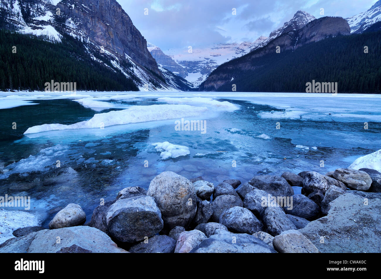 Vue sur le lac Louise vers le mont Victoria, Banff National Park, Alberta, Canada Photo Stock
