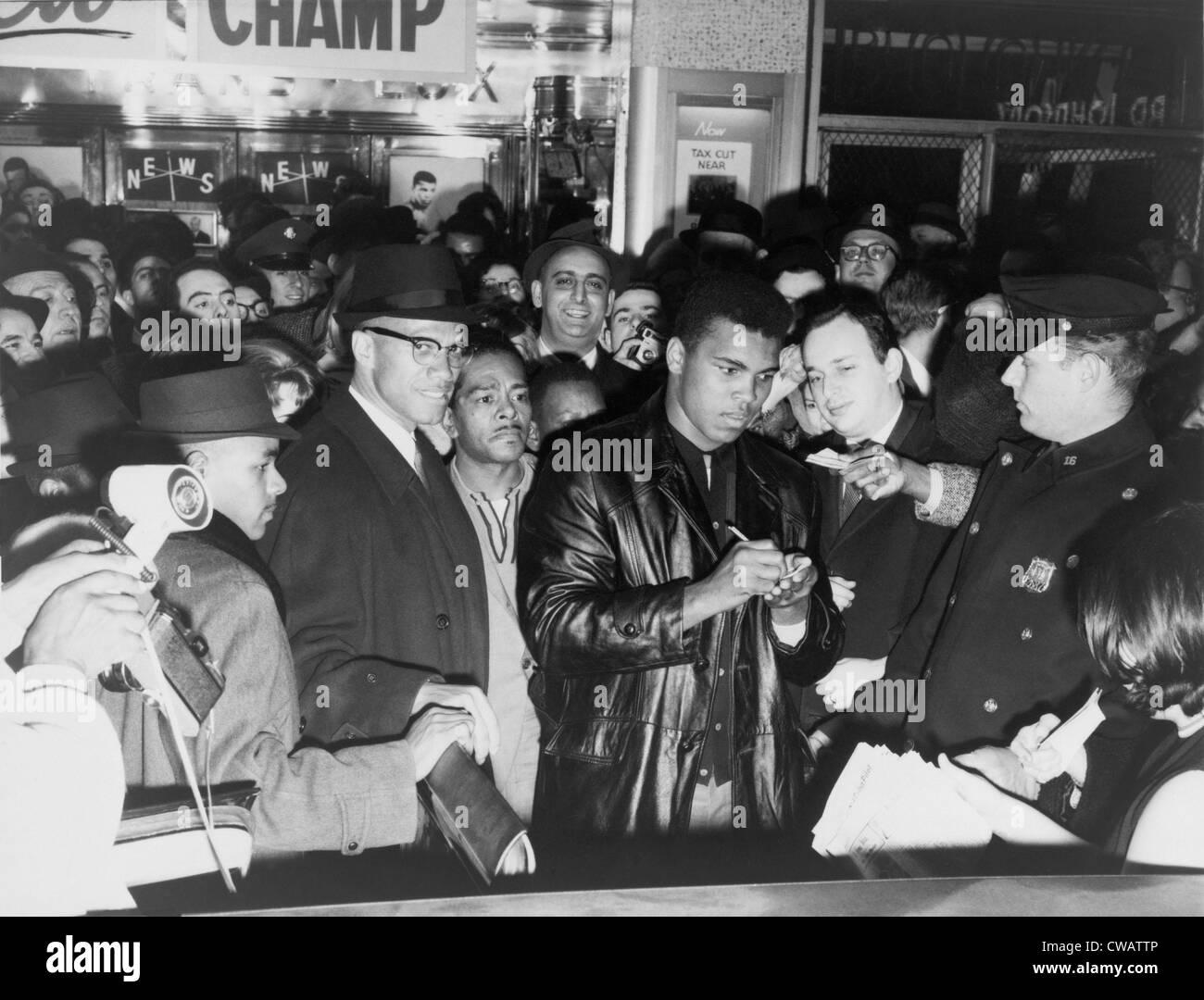Muhammad Ali (Cassius Clay) défait Sonny Liston pour le championnat poids lourd de boxe et a annoncé sa conversion à la Banque D'Images