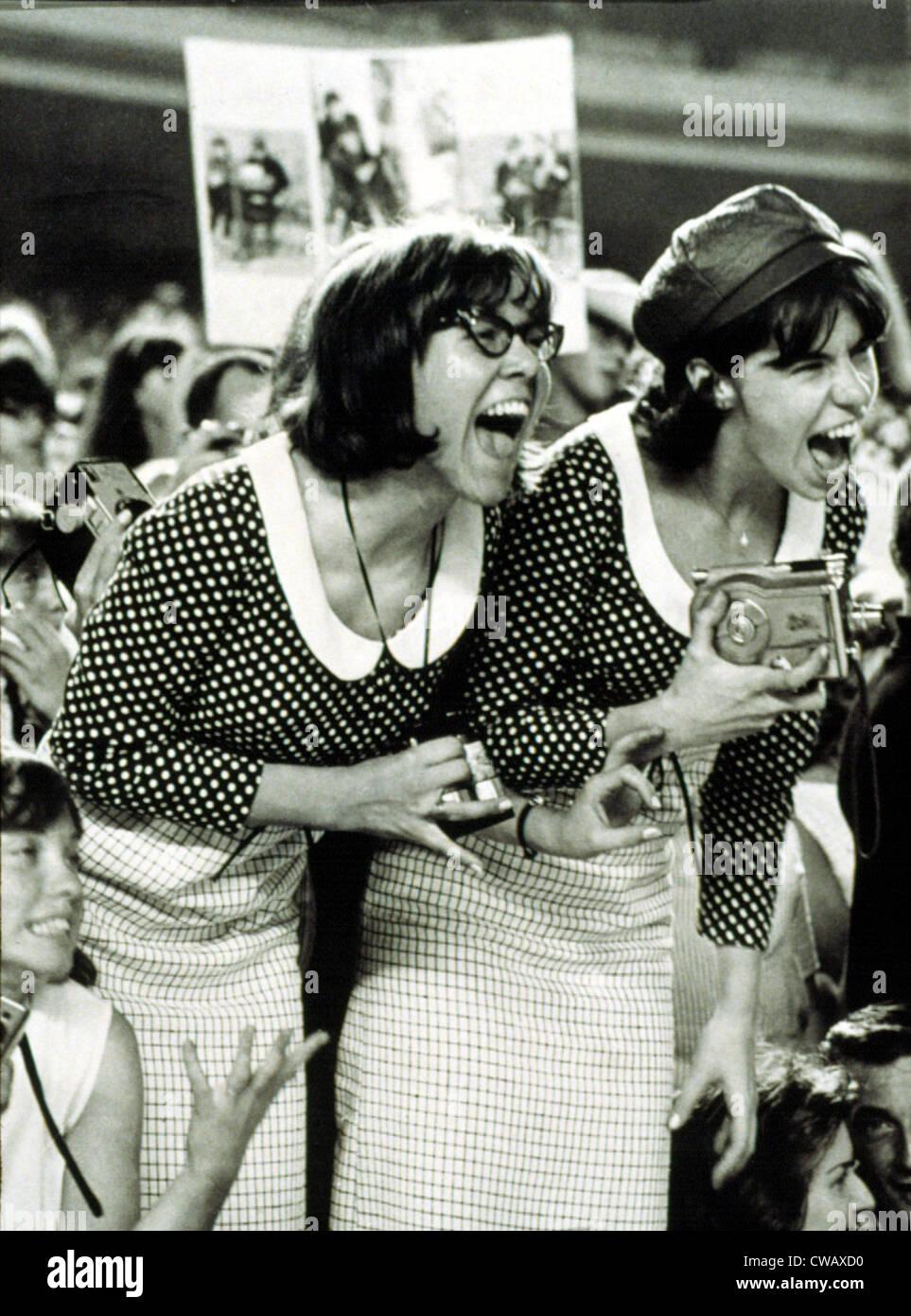 BEATLES FANS crier à un concert au Shea Stadium, NEW YORK, 15/08/65, l'affichage de ce qui est appelé, Photo Stock