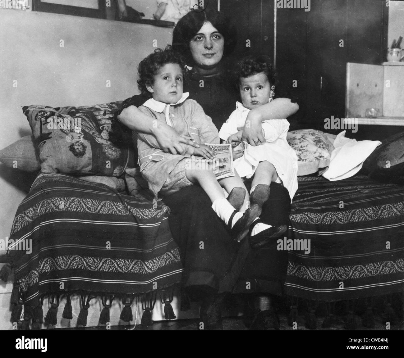 Les survivants du naufrage du Titanic, Louis et Michel Navratil, de Nice, France, sur les genoux de leur mère, Photo Stock