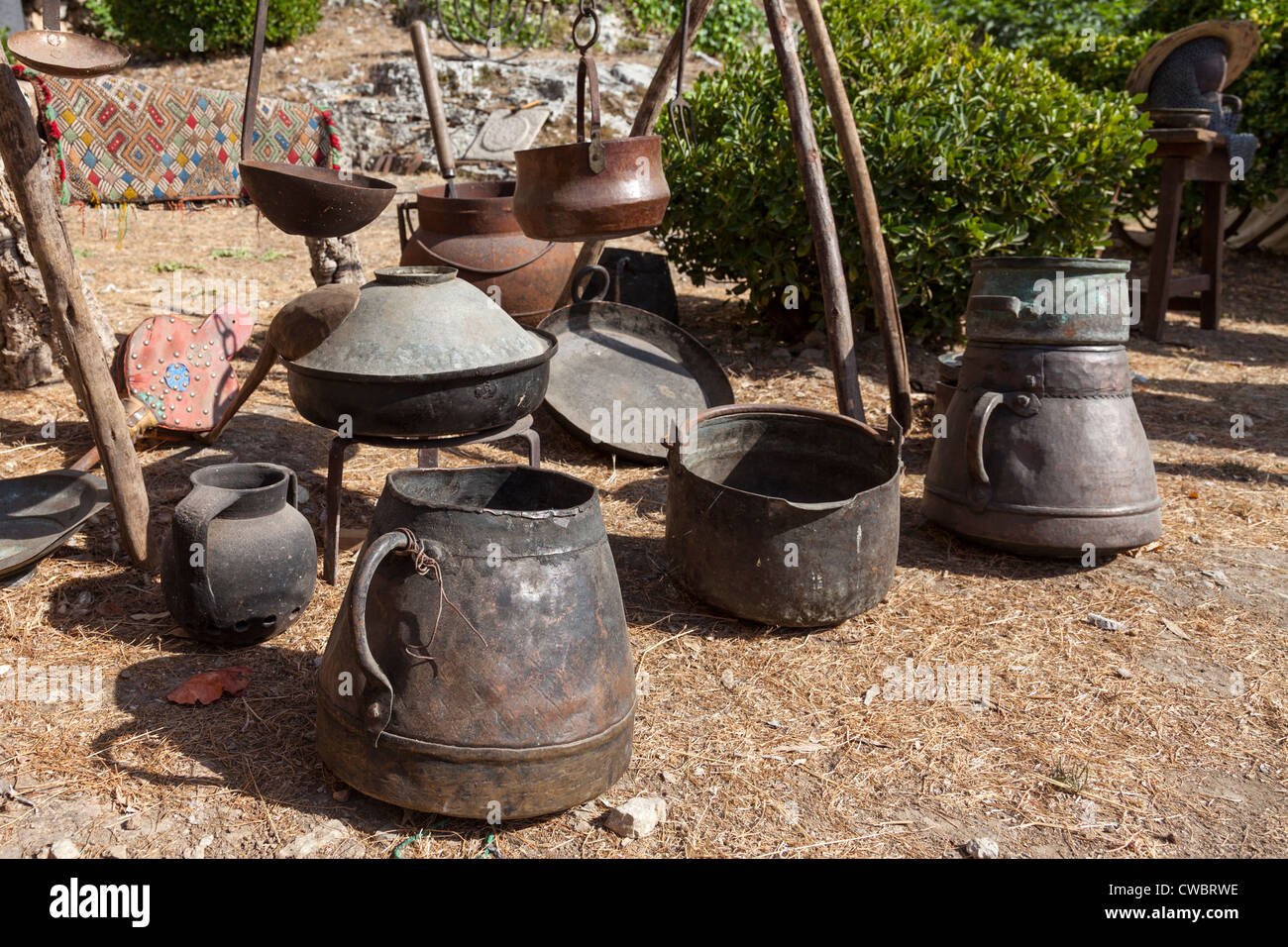 Tente d'une bouilloire en fonte le Moyen Âge dans la Foire Médiévale à Óbidos, Portugal. Photo Stock