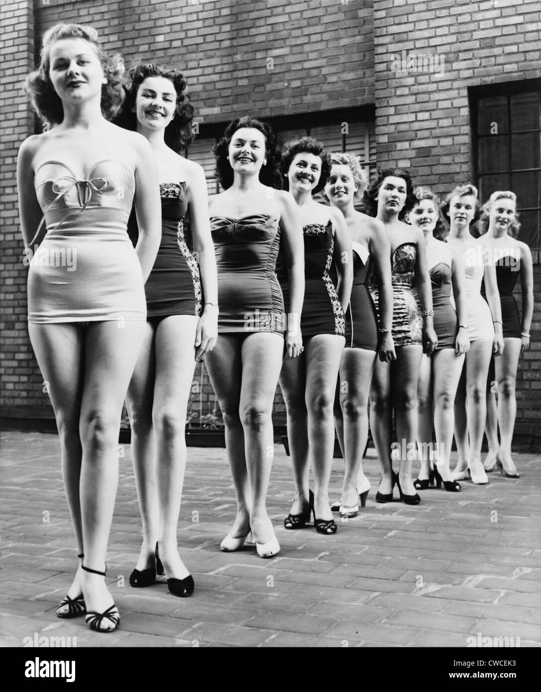 Miss New York beauty contestants line jusqu'au sommet d'un hôtel de ville en 1952. Photo Stock