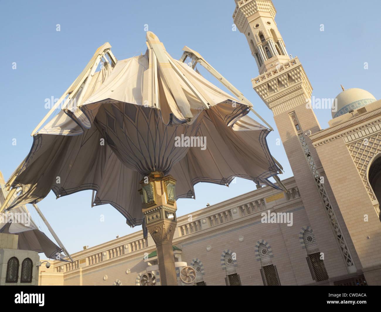 La taille géante parapluie automatique à la fermeture d'une mosquée Nabawi, Al Madinah, Arabie Photo Stock